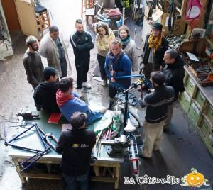 Formation mécanique de l'heureux cyclage avec l es bénévoles de la citrouille, des ateliers solidaires, des déraillées, tec.